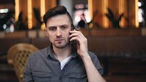 Noticias de choque que escuchan del hombre en Smartphone almacen de metraje de vídeo