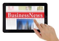 Noticias de Digitaces en la tableta imagen de archivo libre de regalías