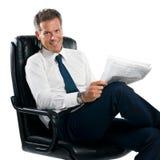 Noticias de la lectura del hombre de negocios Fotos de archivo libres de regalías