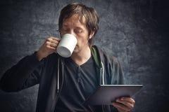 Noticias de la lectura del hombre en la tableta de Digitaces Imagen de archivo