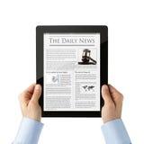 Noticias de la lectura en la tablilla digital Fotos de archivo