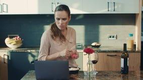 Noticias de la lectura de la mujer de negocios en la cocina de lujo Mujer triste que se prepara para comer el sushi almacen de video