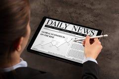 Noticias de la lectura de la mujer de negocios fotos de archivo libres de regalías
