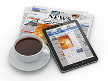 Noticias de la mañana. Haga tabletas la PC, el periódico y la taza de café Foto de archivo libre de regalías