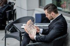 Noticias de la mañana Hombre joven acertado joven que sostiene un periódico y Imagenes de archivo