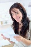 Noticias de lectura de la mujer casual emocionada buenas en letra fotos de archivo libres de regalías