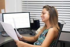Noticias de lectura de la mujer feliz del empresario buenas en una letra foto de archivo libre de regalías