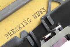 Noticias de última hora escritas en una máquina de escribir vieja Fotos de archivo libres de regalías