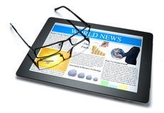 Noticias en línea de la tablilla de la tecnología Fotos de archivo libres de regalías