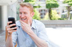 Noticias felices en el teléfono fotos de archivo