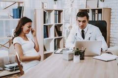 noticias Laptop consulta gynecology Hospital fotos de archivo libres de regalías
