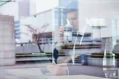 Noticias o correos electrónicos de la lectura del hombre de negocios en línea imagen de archivo libre de regalías