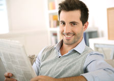 Noticias sonrientes de la lectura del hombre Imagenes de archivo