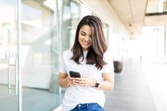 Notificação entrante de leitura da mulher em Smartphone imagem de stock