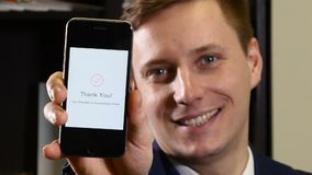 Notifica di pagamento sullo schermo di uno smartphone moderno Pagamento senza contatto Primo piano sparato del viso maschio e del stock footage