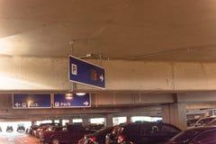 Notificación disponible del punto de estacionamiento prohibido LED en el garaje americano del aeropuerto imágenes de archivo libres de regalías