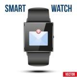 Notificación recibida nuevo correo en el reloj elegante Fotografía de archivo libre de regalías