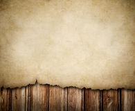 Notification de papier grunge sur le fond en bois de mur Photographie stock