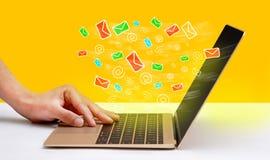 Notifiche e-mail di galleggiamento sullo schermo del computer portatile immagini stock libere da diritti