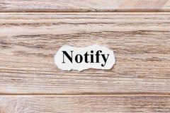 Notifique da palavra no papel Conceito As palavras de notificam em um fundo de madeira Imagem de Stock