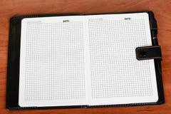 Notitieboekje of agenda met blanco pagina's, wit en pen die op s liggen royalty-vrije stock foto's