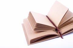 Notitieboekje dat van gerecycleerd document op witte backgro wordt gemaakt Royalty-vrije Stock Foto's