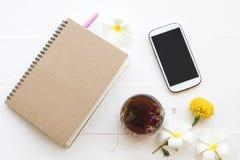 Notitieboekje, de mobiele telefoon en het hete de Kruiden gezonde dranken namen het water van de theecocktail toe royalty-vrije stock foto