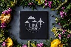Notitieboekje en boeket van heldere bloemen die op grijze achtergrond liggen Vlak leg Hoogste mening stock foto's