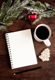 Notitieboekje en doelstellingen voor nieuwe jaar houten hoogste mening als achtergrond Royalty-vrije Stock Afbeelding