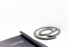 Notitieboekje en e-mailsymbool Stock Fotografie