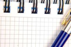 Notitieboekje en een pen Stock Foto's
