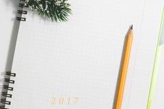 2017 Notitieboekje en geel potlood met naaldboomtak Stock Afbeeldingen