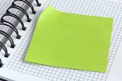 Notitieboekje en groene sticker Royalty-vrije Stock Fotografie