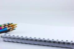 Notitieboekje en kleurenpotlood Stock Foto