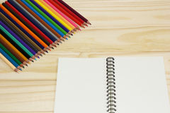 Notitieboekje en kleurpotloden Stock Afbeeldingen