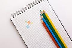 Notitieboekje en kleurpotloden Stock Afbeelding