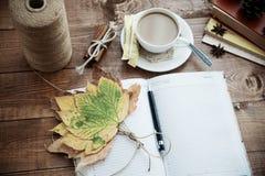 Notitieboekje en koffie Stock Foto's
