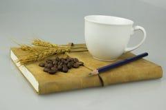 Notitieboekje en kop van koffie Stock Afbeeldingen