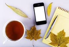 Notitieboekje en mobiele telefoon Royalty-vrije Stock Foto's