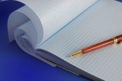 Notitieboekje en pen Royalty-vrije Stock Foto's