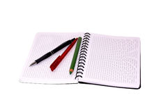 Notitieboekje en pen die op een witte achtergrond wordt geïsoleerd. Royalty-vrije Stock Afbeelding