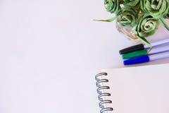 Notitieboekje en pen om te werken en te ontspannen Stock Foto