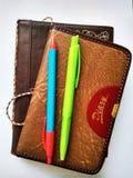 Notitieboekje en pen op document achtergrond voor onderwijs stock fotografie