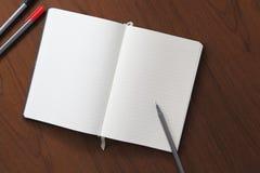 Notitieboekje en pen op houten achtergrond Royalty-vrije Stock Fotografie