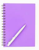 Notitieboekje en pen op witte achtergrond Royalty-vrije Stock Foto's