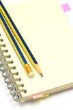 Notitieboekje en Potloden stock afbeelding