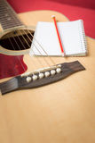 Notitieboekje en potlood op gitaar Royalty-vrije Stock Afbeeldingen