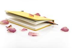 Notitieboekje en rozen Royalty-vrije Stock Fotografie