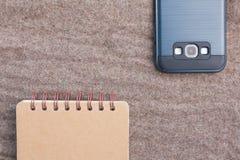Notitieboekje en smartphone stock afbeelding