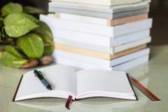 Notitieboekje en stapel van boeken Royalty-vrije Stock Fotografie